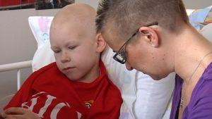 Äiti ja poika Oulun yliopistollisessa sairaalassa lasten syöpäosastolla.