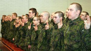 Juhlallinen sotilasvakuutus ja palvelushelpotuksessa olevien vala annettiin sisätiloissa.