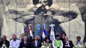 Neljäntenä vasemmalla istuva Guatemalan presidentti Alvaro Colom osallistui vaimonsa kanssa muistojuhlaan.