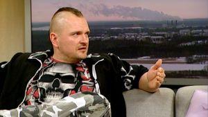 Klamydia-punkyhtyeen keulahahmo Vesa Jokinen Aamu-tv:n haastattelussa