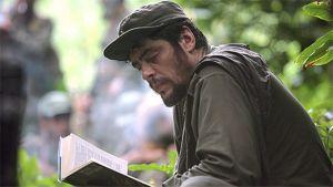 Che lukee kirjaa viidakossa