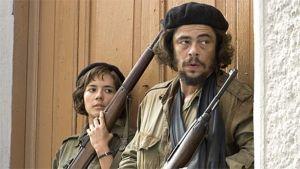 Che ja Aleida March aseineen taistelussa seinään painautuneina