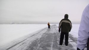 Luistelijoita Oulun ja Oulunsalon välisellä retkiluisteluradalla meren jäällä.