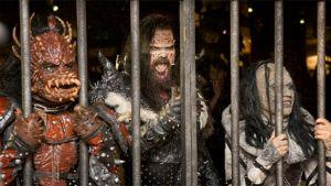 Lordi-yhtyeen jäseniä kaltereiden takana