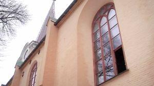 Kirkon rikottu ikkuna.