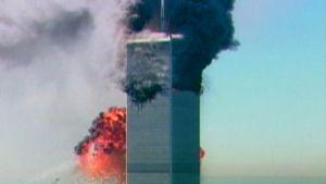 World Trade Centerin kaksoistorneista toinen palaa kun toiseen on juuri iskeytynyt lentokone.