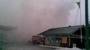 Kuvassa huoltoasema ja mittarikenttä, palavarakennus ei näy,koska paikalla on paljon savua.