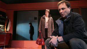 Tarpeettomia ihmisiä -näytelmä kertoo yllättäen irtisanotun miehen tarinan.