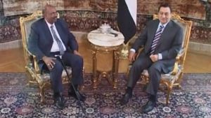 Omar Hassan al-Bashir ja Hosni Mubarak istuvat kullatuilla tuoleilla pöytä välissään.