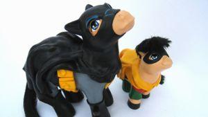My Little Batman and Robin; Voimakaksikko päätyi ponimuotoon 60-luvun sarjan asusteissa.