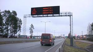 Liikennetiedotetaulu moottoritien yllä.