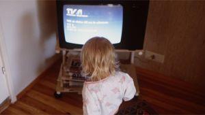 Lapsi katselee televisiota.