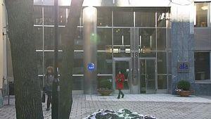 Ruotsin työntekijä- ja työnantajajärjestöjen eläkeyhtiö AMF:n rakennuksen sisäänkäynti, josta kävelee ulos kaksi naista.