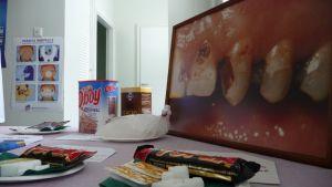 Lapinlahden hammashuollon suuhygienistit valistivat Matin ja Liisan koulun oppilaita suun ja hampaiden terveydestä. Koulun kolmannen kerroksen aulaan oli laitettu esille tuhdit kattaukset tietoa.