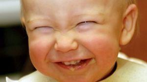 Vauva nauraa