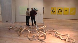Pariskunta tutustuu taiteeseen Hämeenlinnan Taidemuseossa