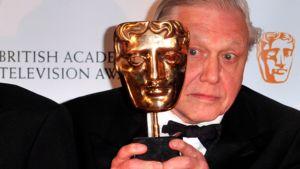 David Attenborough poseeraa Bafta-palkinnon kanssa