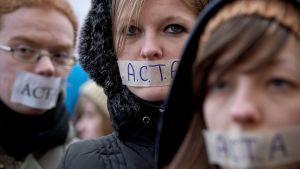 Mielenosoittajia Acta-sopimuksen ratifiointia vastustaneessa mielenosoituksessa.