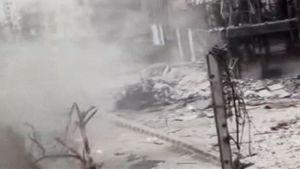 Savuinen katunäkymä pommitetusta kaupungista.