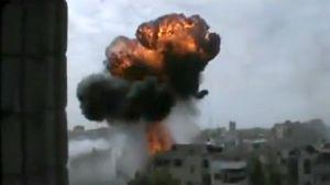 Räjähdyksen aiheuttama savupilvi rakennusten keskellä.