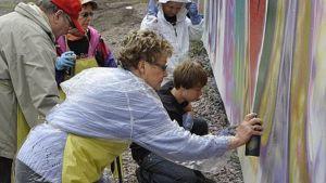 Ikäihmiset maalaavat graffiteja