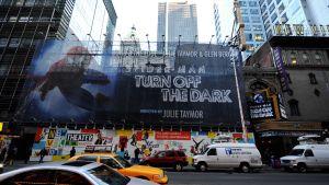Hämähäkkimies-musikaalin mainoslakana New Yorkin Broadwayllä.