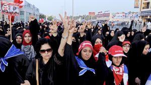 Mielenosoittajat marssivat Bahrainin pääkaupungin Manaman kaduilla.