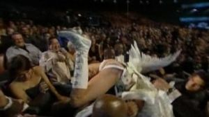 Sacha Baron Cohenin esittämä itävaltalainen muotitoimittaja Bruno laskeutui katosta Eminemin päälle MTV Movie Awardsissa 2009.