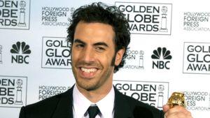 Sacha Baron Cohen pitää kädessään Golden Globe -palkintoa.