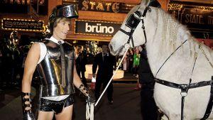 Koomikko Sasha Baron Cohen esittää roolihahmoaan Brunoa elokuvansa Australian ensi-illassa. Mukana hevonen.