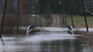 Kymijoki tulvii tielle.