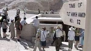 turisteja Tutankhamonin haudalla