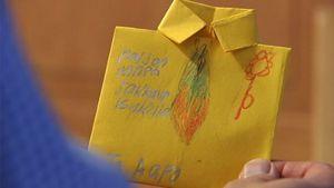 isänpäiväkortti isän kädessä