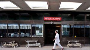 Sairaanhoitaja kävelee Östran sairaalan edustalla Ruotsin Göteborgissa.
