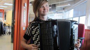 Harmonikansoittaja Julia Hansson.