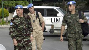 Kolme YK:n tarkkailijaa.