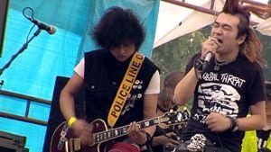 Kiinalainen Gum Bleed-punkyhtye keikalla Suomessa.