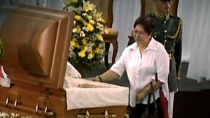 Surija Corazon Aquinon arkun äärellä