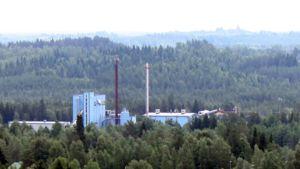 Vapon pellettitehdas metsien keskellä.