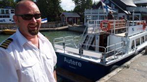 Janne Lehto kurvasi aluksensa m/s Autere Nauvon satamaan.