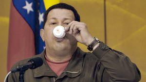 Venezuelan presidentti Hugo Chavez kumoaa kahvikupposen lehdistötilaisuudessa Japanin Tokiossa huhtikuussa 2009.