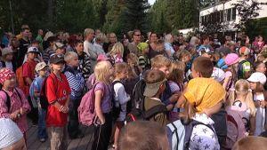 Mankolan koulun pihalla oli 480 lasta vanhempineen.