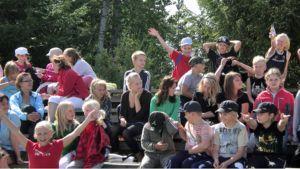 Yleisö on tervetullut kokeilemaan ottelulajeja lauantainakin Asikkalan urheilukentällä.