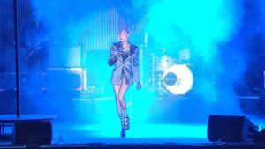 Grace Jones astelee lavalla korkeilla koroillaan.