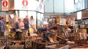 Lasinpuhaltajia työssä Iittalan lasitehtalla