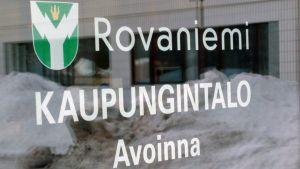 Rovaniemen kaupungintalon ovi.