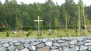 Noormarkun laajennettua hautausmaata ympäröi kiviaita.
