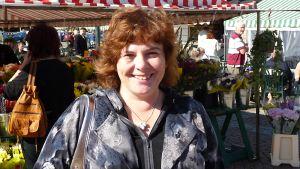 Kansanedustaja Sari Palm Kouvolan torilla