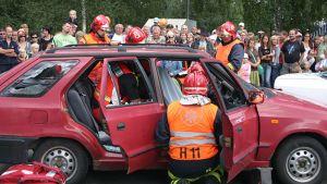 Palomiehet esittelevät taitojaan pelastusnäytöksessä
