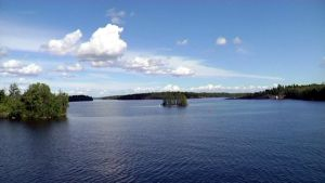 Suomen kesäinen järvimaisema.